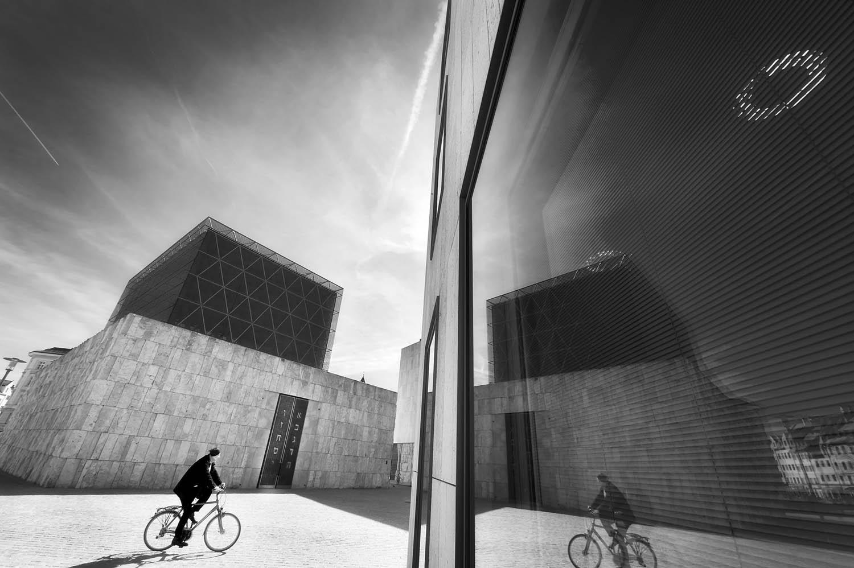 Radfahrer vor dem jüdischen Museum, München