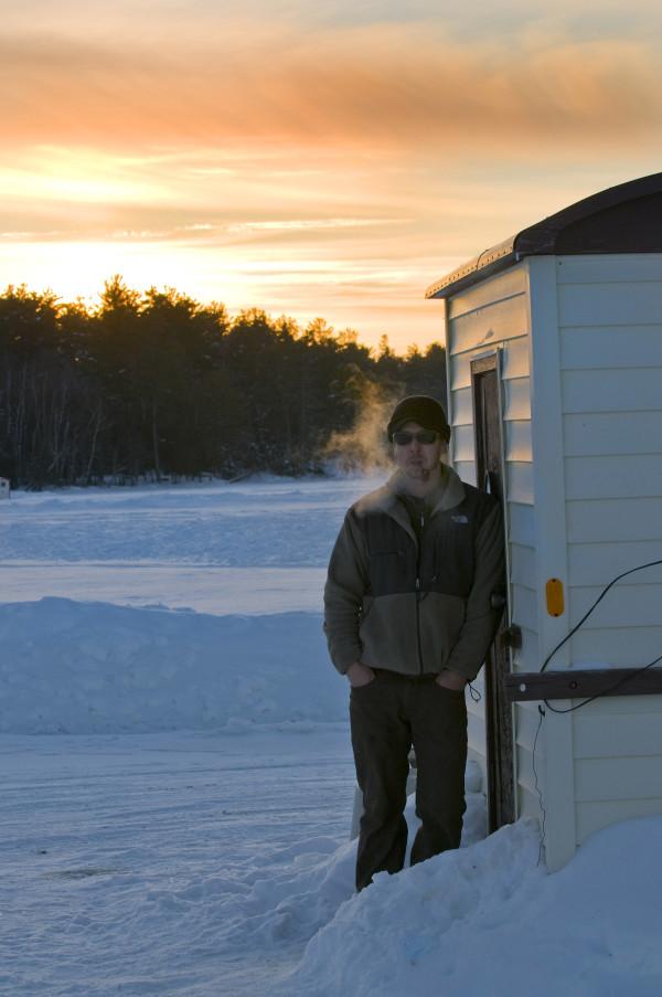 Matthew Schmidt, Mit Pfeife beim Eisfischen, Ely, Minnesota